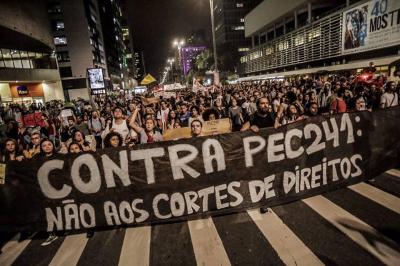 Manifestantes na Avenida Paulista, em protesto contra a PEC 241.